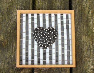 Schwarzes Herz auf Streifen